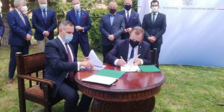 """Podpisano umowę na dofinansowanie zadania . """"Usunięcie niewłaściwie składowanych odpadów przy ul. Kamiennej w Policach"""""""
